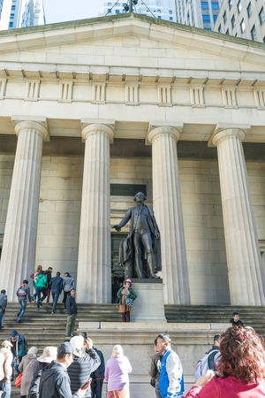 george washington statue: George Washington statue at Federal Hall National Memorial in New York city, USA.   Federal Hall National Memorial was built in 1842 as the United States Custom House. It is now operated by the National Park Service as a national memorial.