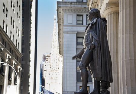 george washington: Estatua de George Washington en el Federal Hall National Memorial en la ciudad de Nueva York, EE.UU.. George Washington fue el primer presidente de los Estados Unidos. Federal Hall National Memorial fue construido en 1842 como el Custom House Estados Unidos. Ahora es operado por t