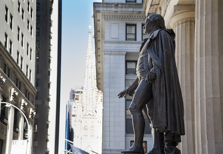 george washington statue: George Washington statue at Federal Hall National Memorial in New York city, USA.   George Washington was the first President of the United States. Federal Hall National Memorial was built in 1842 as the United States Custom House. It is now operated by t