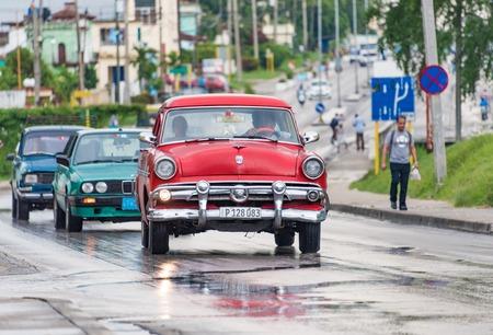 쿠바 관광 : 산타 클라라, 쿠바에서 오래 된 빈티지 미국의 자동차 관광객을 수행하는 택시로 사용합니다. 쿠바에는 오래된 고전적인 미국 차의 그 (