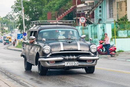 쿠바 관광 : 관광객 들고 산타 클라라에있는 오래된 빈티지 미국 자동차. 쿠바에는 오래된 고전적인 미국 차의 그 (것)들에게 중요한 관광 명소 에디토리얼