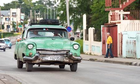 쿠바 교통 : 택시로 사용되는 산타 클라라에있는 오래된 빈티지 미국 차. 쿠바에는 오래된 고전적인 미국 차의 그 (것)들에게 중요한 관광 명소 에디토리얼
