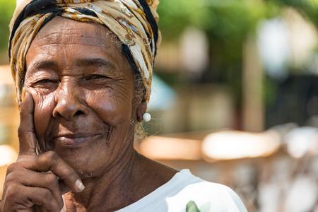 キューバのアフリカ カリブ人々: 古いハバナの一般的な女性。人々 はフレンドリーで写真家のための魅力です。  古いハバナは、ユネスコの世界遺 報道画像