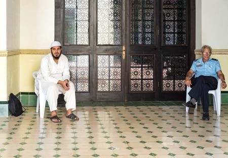 arabe: La Habana Vieja, Cuba: musulmanes o el Islam templo para la oración pública. Estas son las únicas oraciones pública permitidas a los musulmanes en Cuba. Se llevan a cabo en un lugar conocido como La Casa Árabe en La Habana Vieja. La Casa Árabe pertenecía a un inmigrante árabe rico que viven