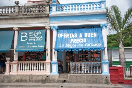 tienda zapatos: tienda de zapatos privada cubana de Pinar del Río, Cuba. La tienda muestra un gran cartel de la comunicación de sus mejores ofertas de precios. Los grandes carteles muestra el crecimiento y la mejora en la nueva pequeña empresa privada permitida por el gobierno de Raúl Castro.