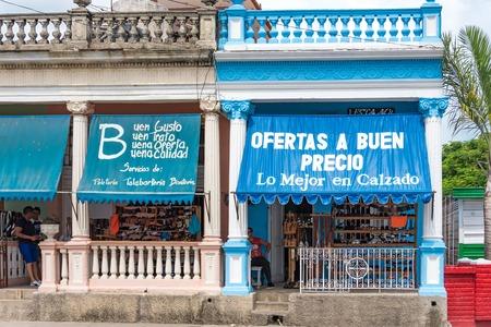 shoe store: tienda de zapatos privada cubana de Pinar del Río, Cuba. La tienda muestra un gran cartel de la comunicación de sus mejores ofertas de precios. Los grandes carteles muestra el crecimiento y la mejora en la nueva pequeña empresa privada permitida por el gobierno de Raúl Castro.