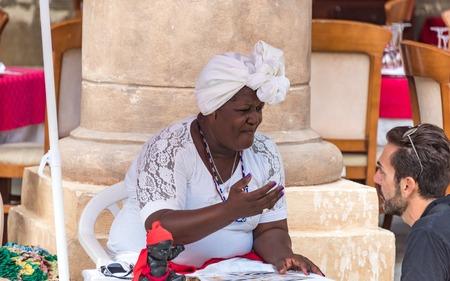 soothsayer: Afro Caribe fortuna jTeller en La Habana Vieja, Cuba. La señora pertenece a una variación de las religiones africanas que son populares en Cuba, especialmente entre la población afro caribeña. Editorial