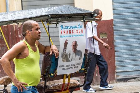 rikscha: Cuban bicitaxi mit einem Plakat von Franziskus. Bici Taxis oder Rikscha sind ein beliebter Weg des Verkehrs in der Karibik-Insel und noch mehr in den touristischen Gebieten.