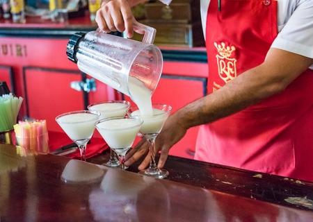Floridita, Havana, Cuba. Binnenaanzicht, de bar die gespecialiseerd is in Daiquiri-cocktail is een belangrijk oriëntatiepunt in de stad van toeristische attracties. Gieten van de Daiquiri Cocktail in glazen in de Floridita Bar