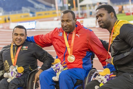 lanzamiento de disco: Leonardo Diaz from Cuba wins the gold medal in the Mens Discus Throw F545556 Final during the Toronto Parapan Am Games. Tanto Cambell (right) from Jamaica wins Silver and Martin Perez (left) from Mexico wins Bronze with his personal best shot