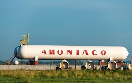 amoniaco: Almacenamiento de amon�aco o tanque de transporte en Cuba en la carretera central de Santa Clara a Matanzas