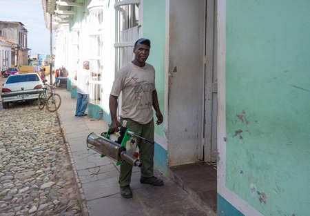 fumigador: Zika Virus prevention: Cuban Armed Forces member fumigating a house.  Latest effort of the Cuban government include the use of Army members in the task of erradicating the Aedes Aegypty mosquito