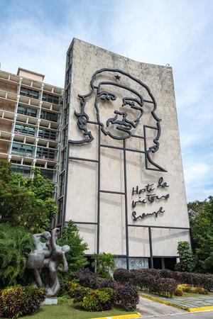 che guevara: Che Guevara architectural design on Ministry of the Interior building at Revolution Square.