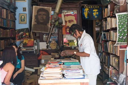 che guevara: Che Guevara paintings and books, being sold at, Communist memorabilia  shop inside a vintage home. Editorial