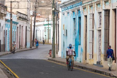 오래 된 집과 쿠바 사람들이 일상 생활 곡선 된 거리. 식민지 시대의 건축은 관광 명소입니다. 에디토리얼