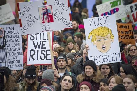 トロント、カナダ-1 月 21、2017: 女性の連帯 3 月。  女性および彼らの同盟国は、ワシントンの女性の 3 月を支持して行進しました。数千人の抗議のド 報道画像
