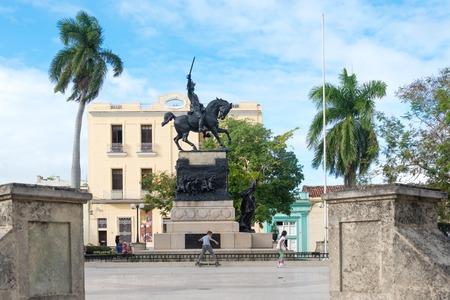uomo a cavallo: Ignacio Agramonte bronze statue in plaza of the same name. Closeup view of horseman statue in town plaza. Children lifestyle in Socialist Cuba Editoriali