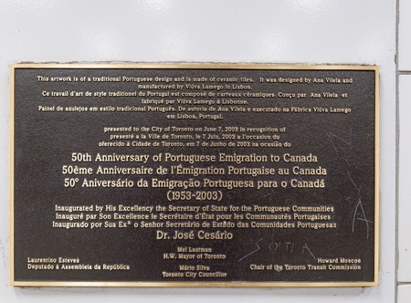 Plaque commemorating 50th anniversary of the Portuguese immigration to Canada. The item can be found on a TTC subway station. 新聞圖片