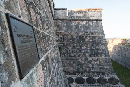 Fortaleza militar de San Pedro de la Roca. Placa contra el exterior de un edificio de azulejos de piedra. El lugar es un Patrimonio de la Humanidad de la Unesco Foto de archivo - 71612965