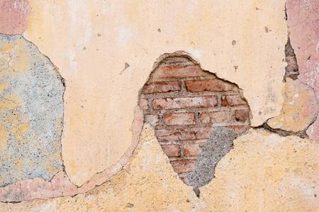 쿠바 식민지 풍 건축 세부 사항입니다. 오래 된 벽돌 벽에 균열입니다. 경제적 어려움으로 많은 사람들이 유지 보수없이 재산을 유지해야했습니다. 스톡 콘텐츠