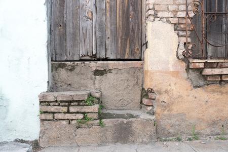 쿠바 식민지 건축 세부 사항입니다. 집 문앞 입구 풍 화. 경제적 어려움으로 많은 사람들이 유지 보수없이 재산을 유지해야했습니다. 스톡 콘텐츠
