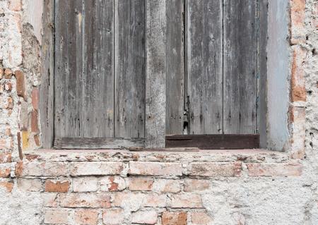 쿠바 식민지 풍 건축 세부 사항입니다. 나무 창 및 벽돌 벽입니다. 경제적 어려움으로 많은 사람들이 유지 보수없이 재산을 유지해야했습니다. 스톡 콘텐츠
