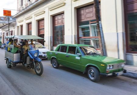 '통근자'를 사용하여 도시 통근자를 운송하는 자영업자. 혁명 기간 동안 콜론 거리에서 쿠바 교통 및 라이프 스타일. 에디토리얼
