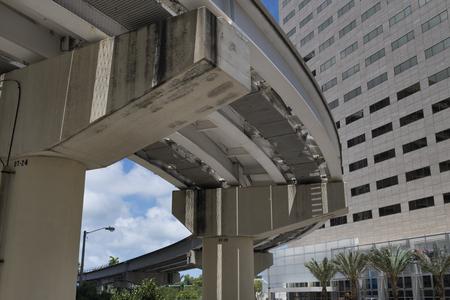 マイアミ メトロレール プラットフォームの下から表示します。建築のディテール。  通俗の言葉で呼ばれる地下鉄メトロレールは、マイアミ、マイ 報道画像