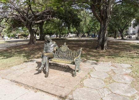 Het John Lennon-bronsstandbeeld in de Cubaanse hoofdstad. Het kunstwerk is gemaakt door de Cubaanse kunstenaar Jose Villa Soberon. De glazen zijn twee keer gestolen of vernield. Een bewaker van het beeld houdt de bril bij en plaatst deze wanneer de toerist nadert.
