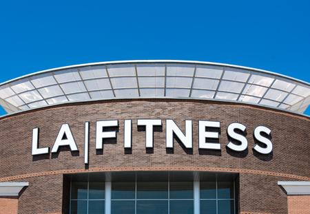 De ingang van het La Fitness-bedrijf met bedrijfslogo aan de muur. LA Fitness is een private Amerikaanse sportclubketen met meer dan 800 clubs in de Verenigde Staten en Canada. Redactioneel