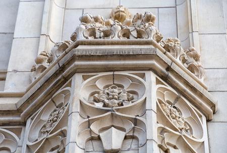 Schöne dekorative Elemente von Erbaltgebäuden im im Stadtzentrum gelegenen Bezirk von Toronto. Die Besucher der Hauptstadt der Provinz Ontario lieben die Mischung verschiedenster architektonischer Stile. Standard-Bild - 86043125