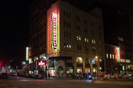 夜 Archambault Musique ネオンサイン。Archambault、ケベック州最大の音楽小売業者は、します。 報道画像