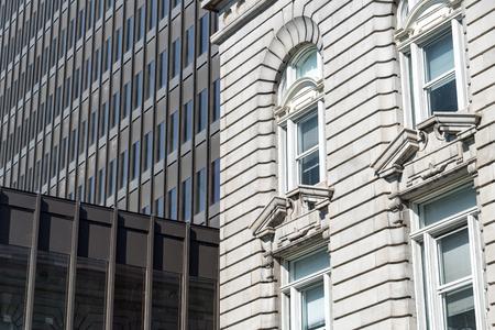 백그라운드에서 현대 건설과 금융 서비스 빌딩 (이전 및 전경)의 건축 대비