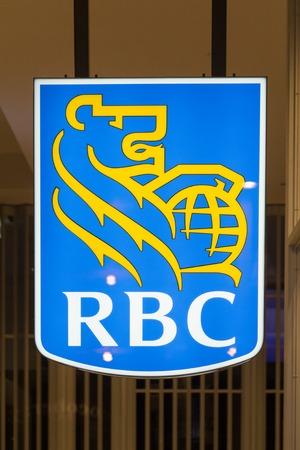 RBC of Royal Bank of Canada teken of logo op een glazen wand. De bank is de grootste in Canada en een multinationale financiële dienstverlener.