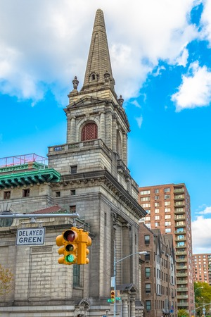 New York City Historic District Architectural Tours: Marvellous vintage buildings from different epochs and styles conserved for the tourist to see. New York City is the major entrance to legal inmmigration in the USA
