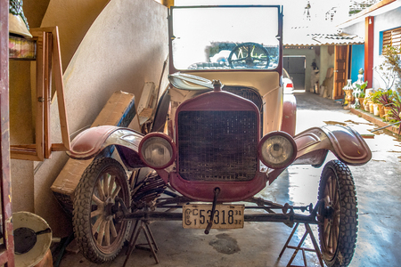 Early XX century vintage car being repaired in The Potter House or Casa del Alfarero run by Daniel Chichi Santander. The potter shop or taller del alfarero works on most of the reconstruction and revitalization projects for vintage buildings in the island Foto de archivo - 115892391