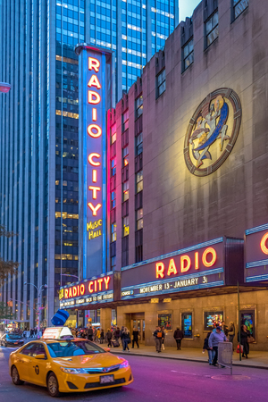 Radio City Music Hall in New York which is an entertainment venue located in Rockefeller Center.. Its nickname is the Showplace of the Nation, and it was for a time the leading tourist destination in  報道画像