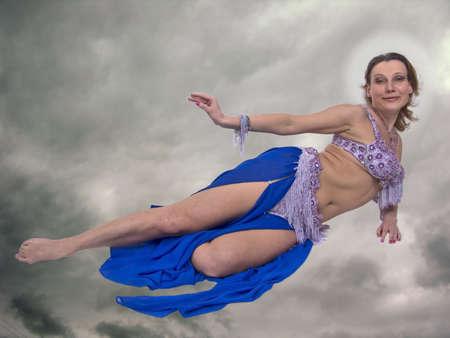 donna volante: bella donna battenti e sorridente nel cielo