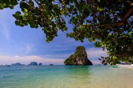 晴れた日に金色の砂、カルストの岩とターコイズブルーの海とライリービーチ。タイ、クラビ県。風景。