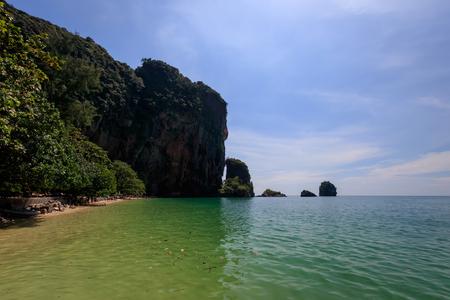 晴れた日に金色の砂、カルストの岩とターコイズブルーの海とライリービーチ。タイ、クラビ県。風景。生殖能力の洞窟の眺め。 写真素材