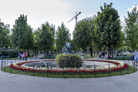 VIENNA, AUSTRIA - APRIL 22, 2019: Beautiful park with flowers, lawns and trees on a sunny spring day in the center of city. Редакционное