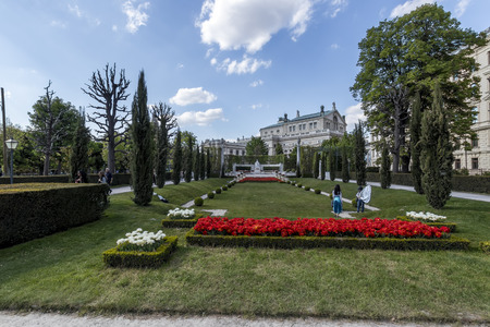 VIENNA, AUSTRIA - APRIL 22, 2019: Beautiful park with flowers, lawns and trees on a sunny spring day in the center of city. Фото со стока - 122738199