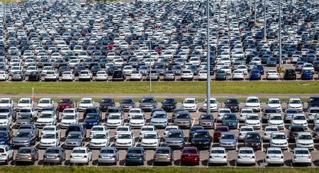 Volkswagen, Russland, Kaluga - 4. JULI 2019: Neuwagen, die an einem sonnigen Tag im Sommer in einem Distributionszentrum geparkt werden, einer Autofabrik. Parken im Freien.