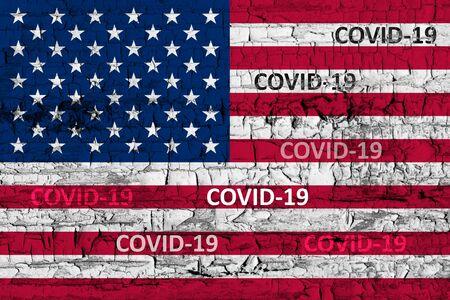 USA-Flagge auf rissigem Abblättern von rissiger Lackstruktur. Das Konzept der COVID-19- oder Coronavirus-Pandemie im Land. Abstraktes Symbol für Probleme mit Pandemie.