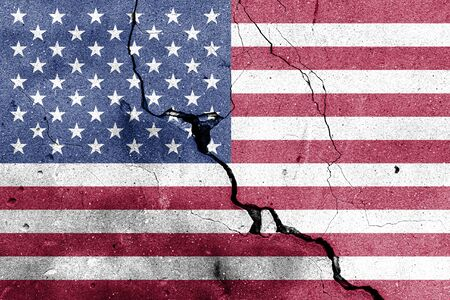 USA flag on cracked concrete wall. The concept of crisis, default, economic collapse, pandemic, conflict, terrorism or other problems in the country. Abstract disaster symbol. Banque d'images