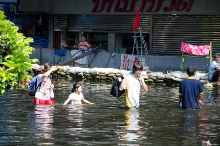 BANGKOK, THAILAND-NOVEMBER 13: Transportation of people in the streets flooded after the heaviest monsoon rain in 50 years in the capital on November 13, 2011 Phahon Yothin Road, bangkok, Thailand. 에디토리얼