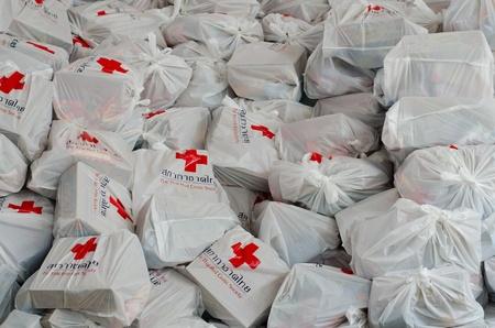 rood kruis: BANGKOK, THAILAND-NOVEMBER 27: Tassen van het Rode Kruis goederen die nodig zijn om de slachtoffers te helpen na de zwaarste moessonregens in 50 jaar in de hoofdstad op 27 november 2011, Rode Kruis Bangkok, Thailand.