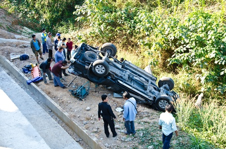 Phrae - DECEMBER 10: On the highway pickup truck crashes into the abyss on December 10, 2011 in Phrae, Thailand.  에디토리얼