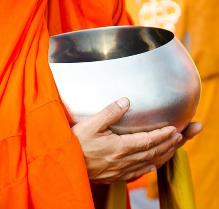 limosna: monje s limosnas tazón de fuente