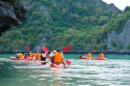 canoa: Viajero en kayak en el Golfo de Tailandia Angthong Parque Nacional Marino, provincia de Suratthani, Tailandia Editorial